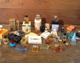 Set of more or less 30 perfume samples