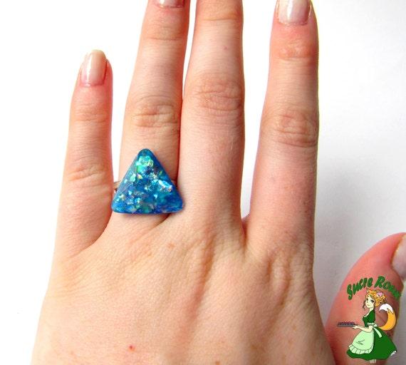 bague triangle fausse opale bleue en r u00e9sine faite main reflets