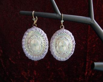 Earrings in white and purple beads. Серьги из белого и сиреневого бисера с крупными овалами, имитирующими резной перлаутр