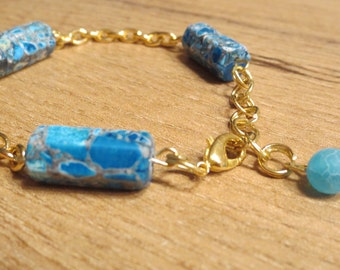 Simple bracelet with genuine turquoise stones and one agate bead, from vergoldendem brass