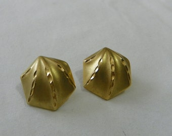 Gold tone vintage earrings