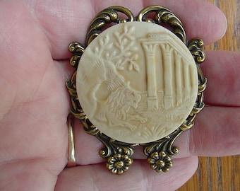 Lion sitting by Roman columns parthenon ruins CAMEO pin pendant brass brooch cm120-1