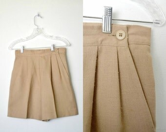 Beige shorts Side pockets 80s vintage Button front-side closure Pleats / size small
