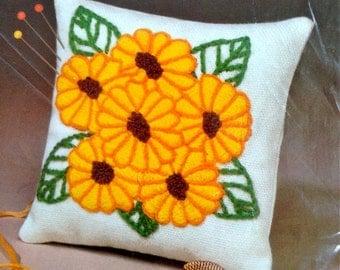 Crewel Kit Embroidery Kit, Needlecraft Kit, Daisies Stitchery 4 x 4 Inch Pincushion Kit – WonderArt No. 5951
