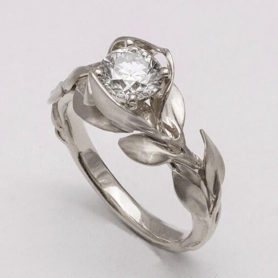 ... et une alliance fine en or, bague de fiançailles, anneau de mariage