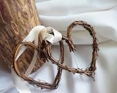 Cérémonie de mariage rustique & réception Decor, mariages Woodland, brindille coeurs avec un ruban