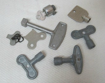 Lot of 8 Vintage LARGE Odd Metal Key's Artwork Steampunk Cool T34