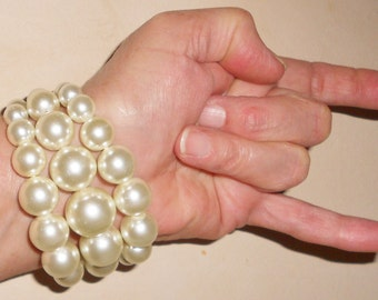 Chunky glass pearls and metal link stretch bracelet Vintage 1990s jewelry Preppy bad girl style