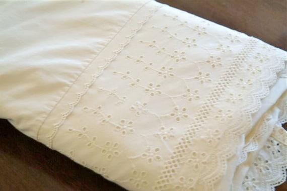 Cru drap plat avec garniture en dentelle broderie anglaise de for Housse de couette broderie anglaise