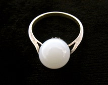 Very pretty, delicate vintage 60's sterling silver milk glass solitare bead ring   Sz 8