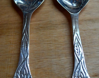 1 pair of spoon and fork set to serve