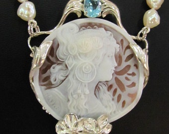 Pearls necklace with cammeo in Liberty style.