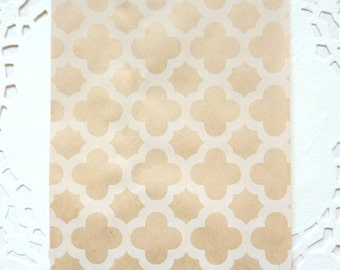 25 Brown kraft paper bags with white quatrefoil design 15 x 10 cm