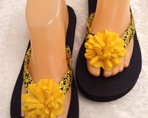 Women's Size Medium Yellow and Black  Ribbon and Flower Flip Flops Size 7-8