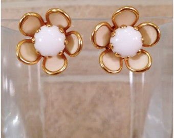 Gold tone/Cream and white flower screw back clip earrings