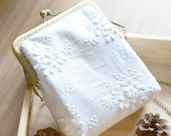Vintage style White Embroidered flowers Metal frame purse/coin purse / handbag /Pouch/clutch/tote bag/ Kiss lock frame bag