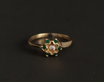 Sweet 14K yellow gold ring with a rosette of emeralds Size 6.25