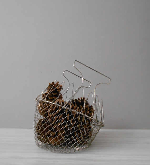 SALE / vintage collapsable deep metal wire mesh basket with handle / rustic farmhouse storage