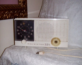 Vintage RCA Victor Alarm Clock w/ AM Tube Radio Model RJD10Y Only 8 USD