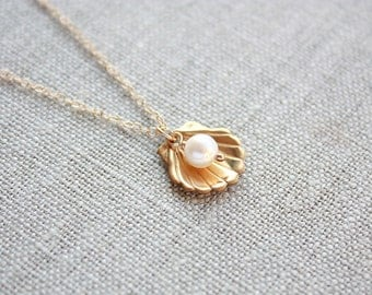 Gold Sea shell and Pearl Necklace, Nautical Necklace, Seashell Necklace, Pearl Necklace, Beach Jewelry, Ocean Necklace, Scallop Shell