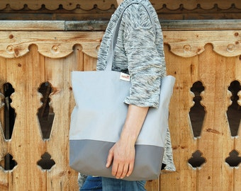 Carrying bag with waterproof bottom and inner workings