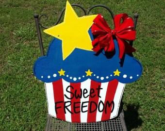 FREEDOM CUPCAKE door hanger, Fourth of July cupcake door hanger