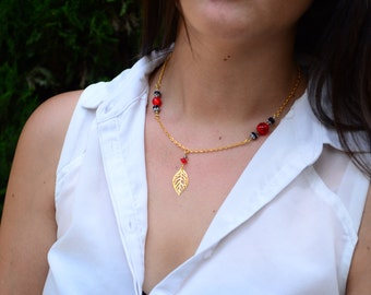 Charm necklace gold leaf & red cracked beads