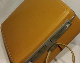 One of the most adorable samsonite vintage carry all train bags ever produced in the 60's, Samsonite's gold oval flexible handle.
