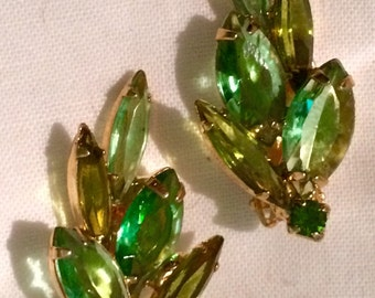SALE!  Vintage 50s DeLizza & Elster Juliana green crystal unfoiled rhinestone clip on earrimgs