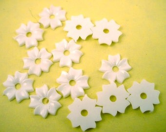 24 vintage white aster flower petal beads 12mm resin