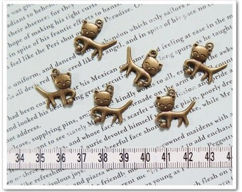 10 pcs Cat is playing ball yarn metal charm Antique Brass color