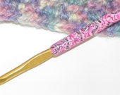 Susan Bates 6mm Crochet Hook with Polymer Covering the Crochet Handle Size 6 mm Comfort Grip with Light Pink and Dark Pink and Black