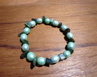 Jade Bracelet Green Gemstone Chip Beads and Light Green Freshwater Pearls on Elastic Cord, Longevity Stone, Good Luck Stone, Love Stone