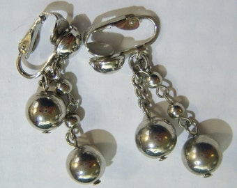 vintage silver tone chain with silver tone beads dangle and drop clip on earrings 315C