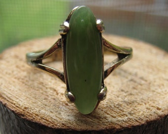 Vintage Sterling Silver Ladies Ring with Nephrite Gemstone Size 8 Womens Ring
