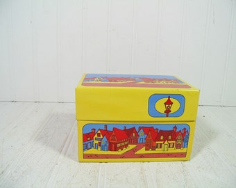 Funky Colorful Graphics Litho Metal Recipe Box - Vintage Syndicate Mfg Co Bright Yellow Blue & Red Houses Design BoHo Hippie File 5 x 3 Case