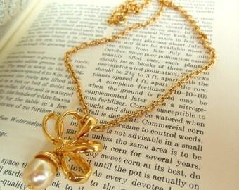 "Vintage Nolan Miller Pearl Necklace Bow Pendant Gold Chain 80's 18"" (item 240)"