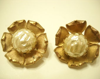 Vintage Gold Tone Faux Pearl Clip Earrings (8607)