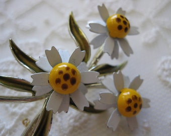 vintage. BROOCH. daisies. BOUQUET. gold tone. ENAMEL. 1970s.