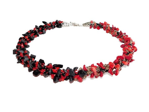 Red Bamboo Coral and Black Jasper Beaded Necklace. Red and Black Jewelry. Chip Nugget Necklace Collar