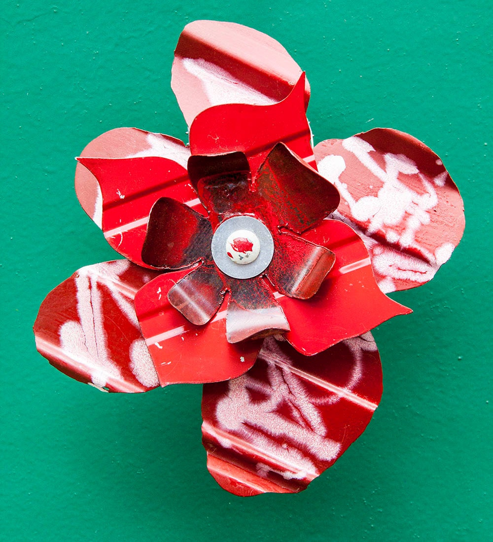 Red white metal yard art flower indoor outdoor wall art for Outdoor wall flowers