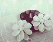 white flower earrings- white clip earrings- 60s clips- beautiful daisy earrings- mid century jewelry- mod jewelry - pretty woman gift