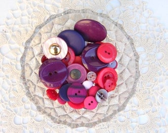 Lot of Vintage Buttons - Plastic Buttons in Red, Pink, Purple Colour - Sewing Accessories - Art Supplyes (033)