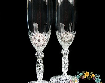 Wedding champagne glasses with brooch hand painted-Elegant Wedding toasting flutes in white&silver-Wedding favor-Wedding gift-Toasting glass