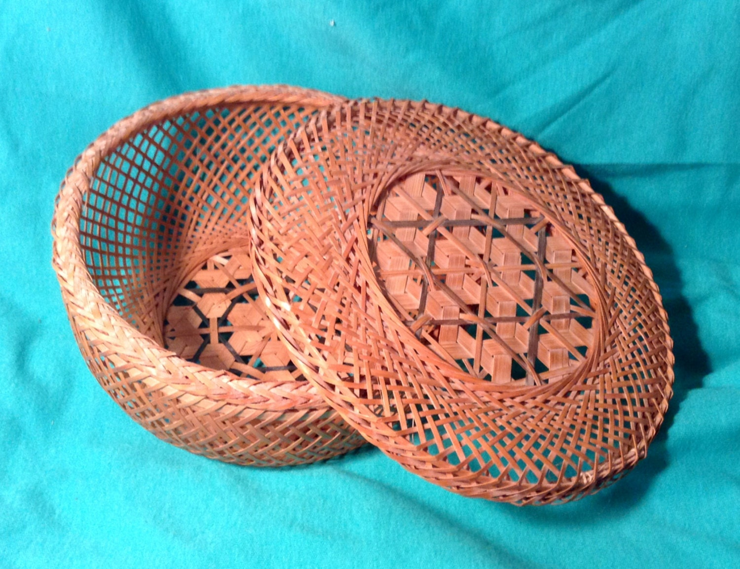 small circular woven straw basket with lid by enticingdesires. Black Bedroom Furniture Sets. Home Design Ideas