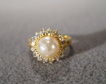vintage sterling silver with gold overlay fashion ring with a large cultured pearl surrounded by round white topaz, size 8    M7