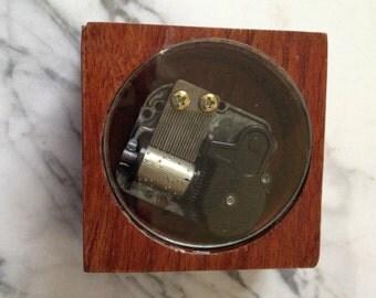 Wood wind up music box