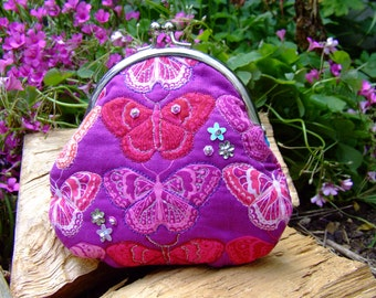 Handmade embroidered kiss clasp purse.