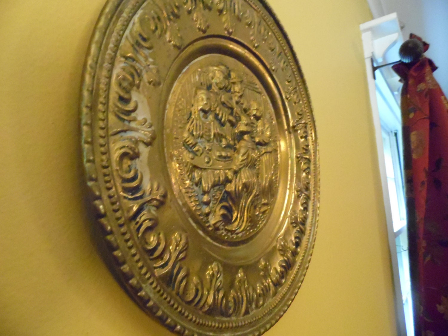 Colonial Style Brass Wall Plate Charger Pub or Tavern Scene