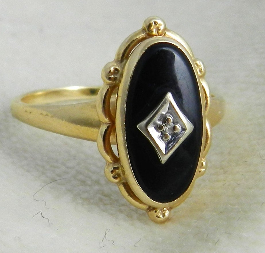 antique ring with black onyx and in 14k yellow gold